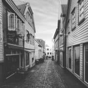 Sorthvitt bilde av gate i Stavnager