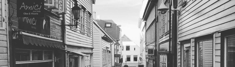 sorthvitt bilde av gate i Stavanger