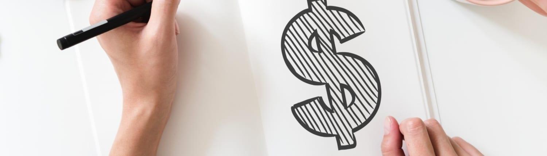 person tegner dollartegn i bok. Se helheten SAP Lønn