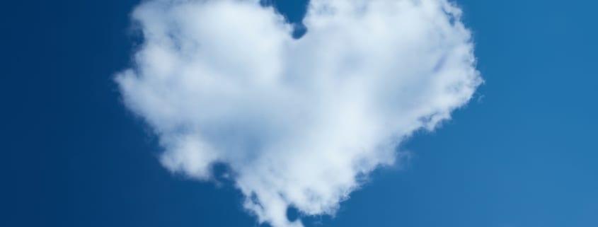 Hjerteformet sky på himmelen. Sykefraværoppfølging i skyen