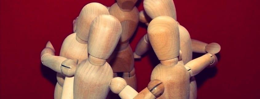 Trefigurer holder rundt hverandre.
