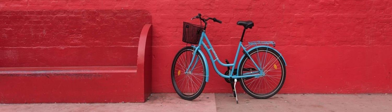 Sykkel foran rød vegg i København. Her finner årets Nordiske SAP GDPR-konferanse sted