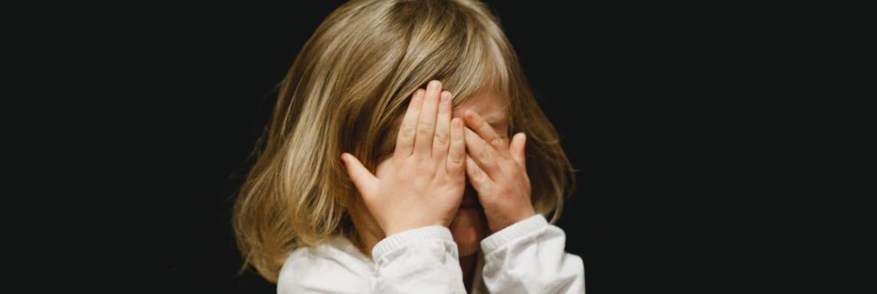 Barn dekker ansiktet - Automatisk løsning for oppfølging av fraværsdager