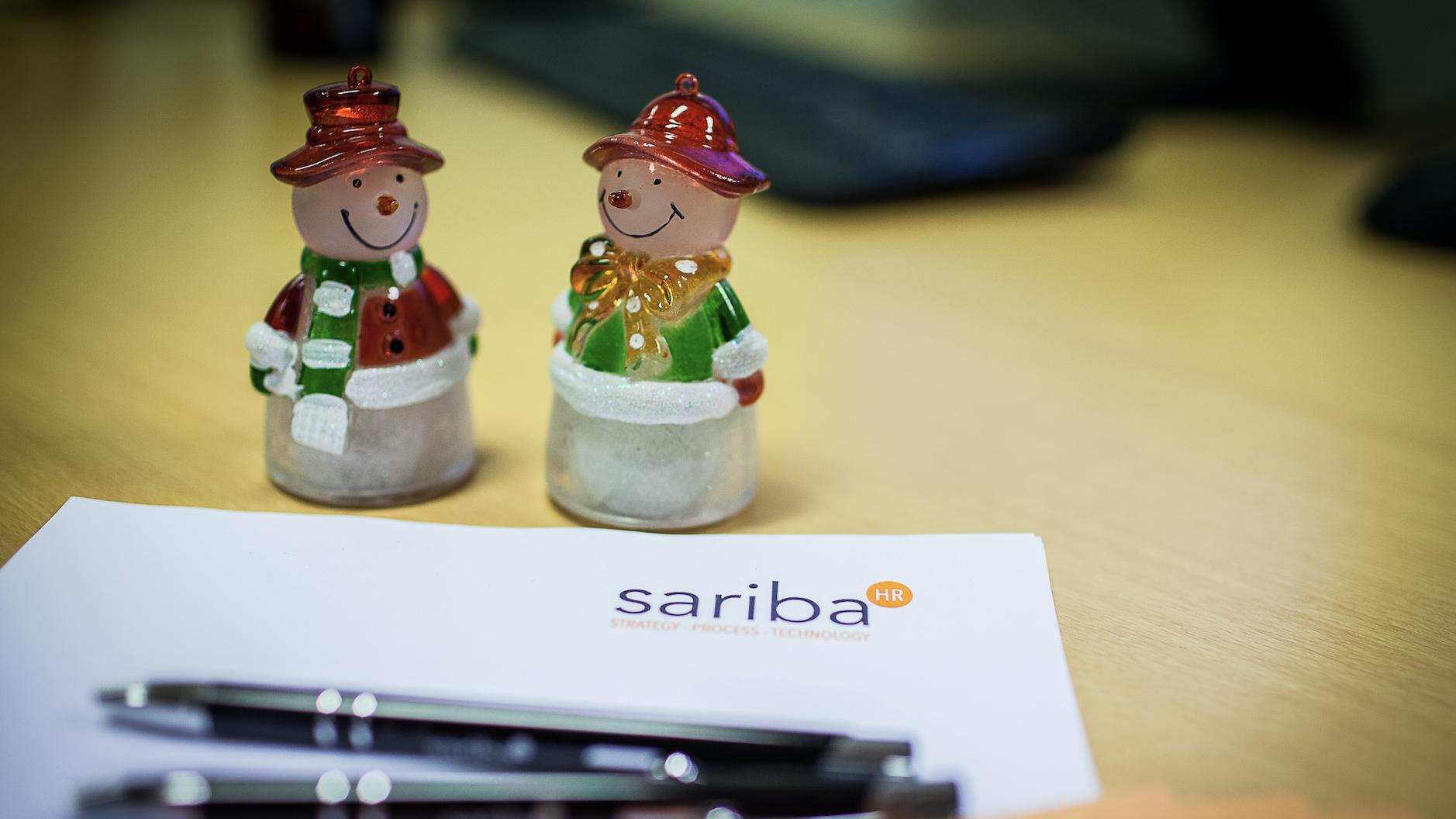 To nissefiguerer stående på et Sariba-notatark